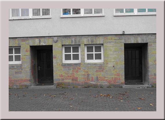 Die Hanweiler Volksschule mit dem Eingang zur Dusche